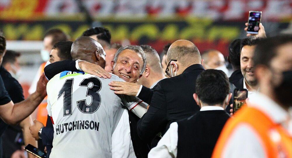 Süper Lig'in 42. ve son haftasında, Göztepe ile Beşiktaş, İzmir Gürsel Aksel Stadı'nda karşılaştı. Karşılaşmayı 2-1 kazanan Beşiktaş, bu skorla Süper Lig'de 2020-2021 sezonu şampiyon oldu. Beşiktaşlı futbolcular karşılaşma sonrası Beşiktaş Başkanı Ahmet Nur Çebi'yi omuzuna alarak büyük sevinç yaşadı.