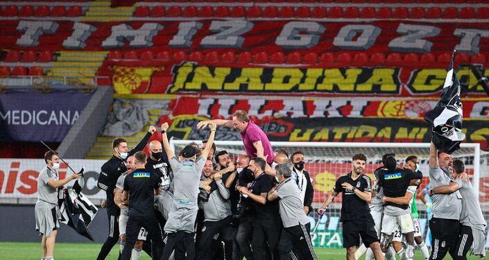 Süper Lig'in 42. ve son haftasında, Göztepe ile Beşiktaş, İzmir Gürsel Aksel Stadı'nda karşılaştı. Karşılaşmayı 2-1 kazanan Beşiktaş, bu skorla Süper Lig'de 2020-2021 sezonu şampiyon oldu. Beşiktaşlı futbolcular karşılaşma sonrası Teknik Direktör Sergen Yalçın'ı omuzuna alarak büyük sevinç yaşadı.