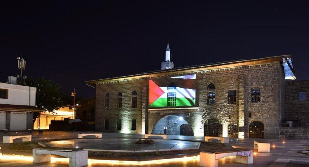 Diyarbakır'ın tarihi yapılarına Filistin bayrağı yansıtıldı