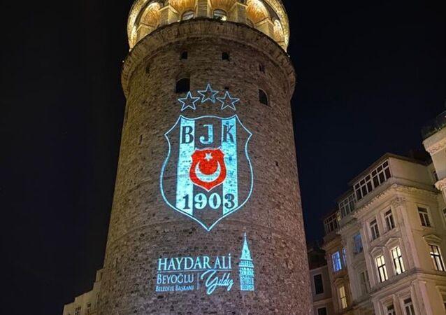 Beyoğlu Belediyesi, Süper Lig'de 2020-2021 sezonunu şampiyon olarak tamamlayan Beşiktaş'ın armasını Galata Kulesi'ne yansıttı.