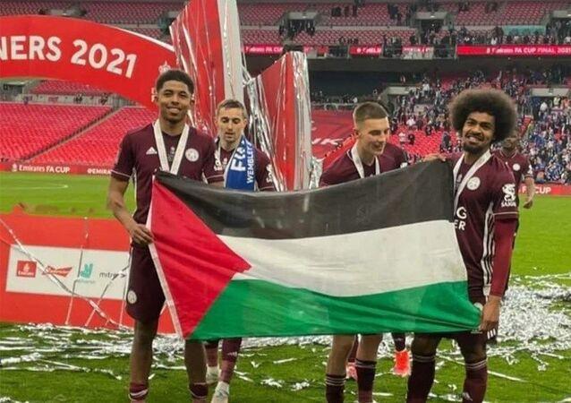 Chelsea'yi 1-0 yenen ve İngiltere Federasyon Kupası'nda (FA Cup) tarihinin ilk şampiyonluğuna ulaşan Leicester City'nin oyuncuları, final maçının ardından Filistin bayrağı açtı.