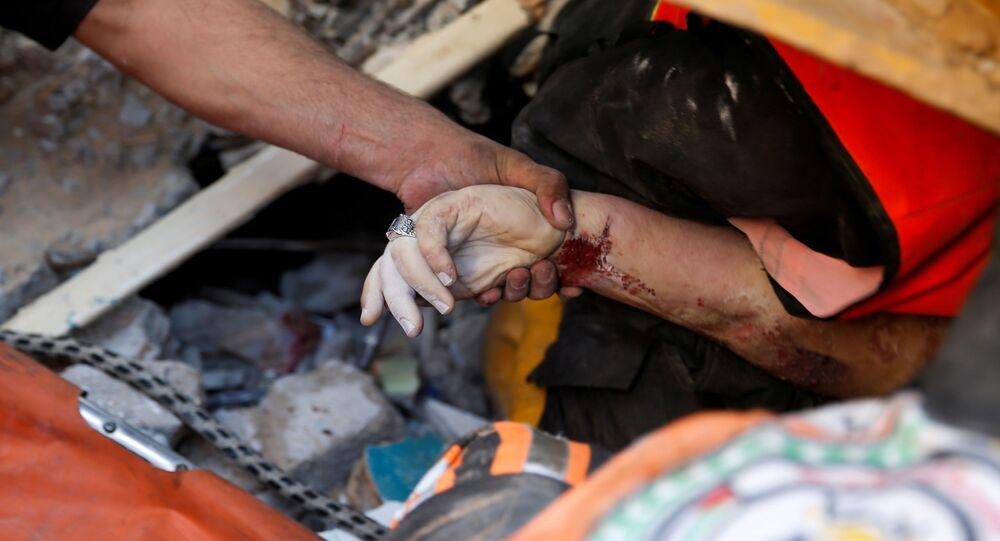 16 Mayıs 2021 Gazze manzarası: İsrail hava saldırısında yerle bir olan binaların enkazından yaralı ve ölüler çıkarılıyor