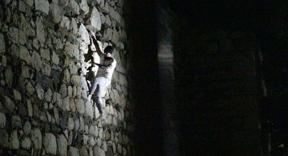 Çorum Kalesi surlarına tırmanan alkollü olduğu iddia edilen kişi