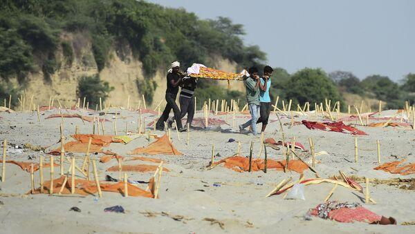 Hindistan'da sularından yüzlerce Kovid-19 kurbanının cansız bedenlerinin toplandığı Ganj Nehri'nin kıyılarındaki kumlarda üstünkörü kazılmış ve üzeri turuncu renkli kumaşlarla örtülmüş mezarlar da bulundu.  - Sputnik Türkiye