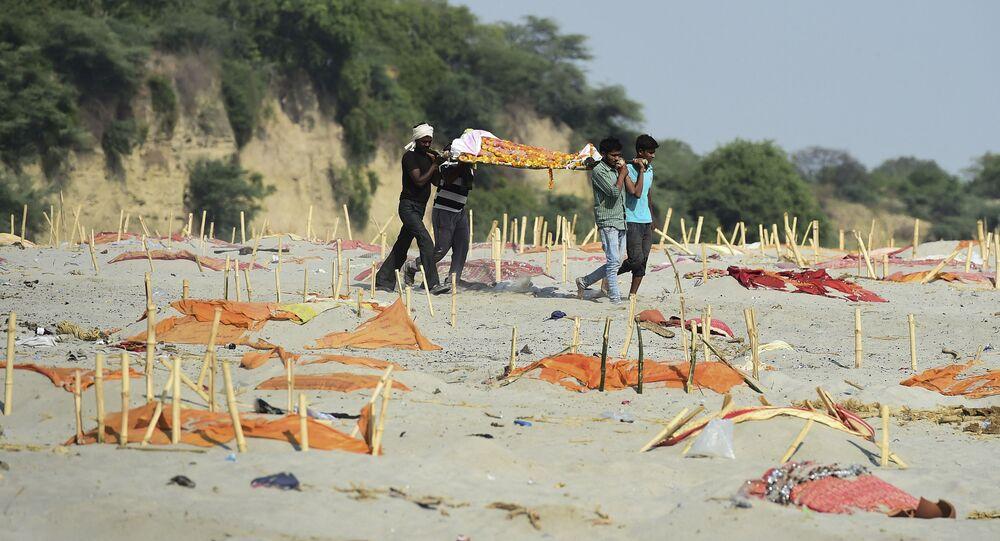 Hindistan'da sularından yüzlerce Kovid-19 kurbanının cansız bedenlerinin toplandığı Ganj Nehri'nin kıyılarındaki kumlarda üstünkörü kazılmış ve üzeri turuncu renkli kumaşlarla örtülmüş mezarlar da bulundu.