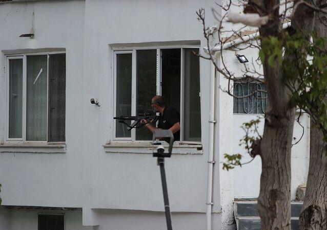 Kayseri'de akli dengesi yerinde olmadığı ileri sürülen bir kişi silahla yoldan geçenlere ateş etti