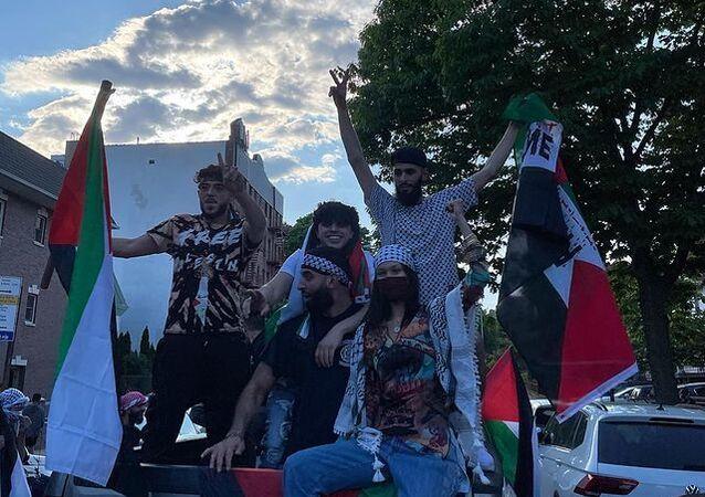 Bella Hadid, New York'ta düzenlenen Filistin yanlısı yürüyüşe başına kefiye sarmış, elinde Filistin bayrağı tutar halde katılmasının görüntülerini sosyal medyada paylaştı.