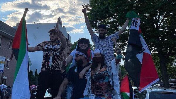 Bella Hadid, New York'ta düzenlenen Filistin yanlısı yürüyüşe başına kefiye sarmış, elinde Filistin bayrağı tutar halde katılmasının görüntülerini sosyal medyada paylaştı. - Sputnik Türkiye