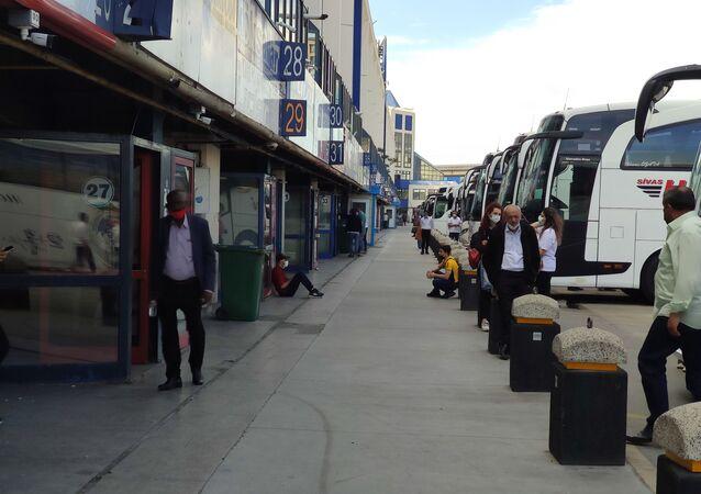 Korona virüs vakalarının artmasıyla uygulanmaya başlanan 17 günlük tam kapanmanın son gününde İstanbul'a dönüşler için otogarda bilet telaşı başladı. Yüzde 100 kapasiteyle bilet satan seyahat firmaları, kademeli normalleşmede kapasitenin yüzde 50'si kadar yolcu kısıtlaması gelince ne yapacağını şaşırdı.