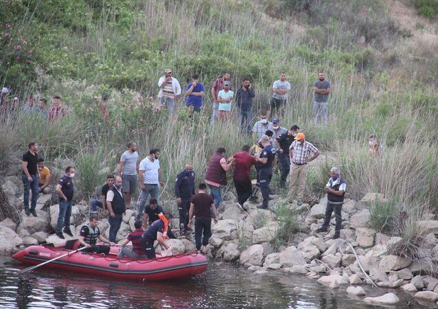 Manisa'nın Sarıgöl ilçesinde baraj gölünün tahliye havuzuna düşen ve yaklaşık 8 saattir aranan 16 yaşındaki çocuğun cesedi bulundu.
