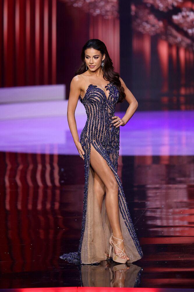 Yarışmada ikinciliği kazanan  Brezilya güzeli Julia Gama