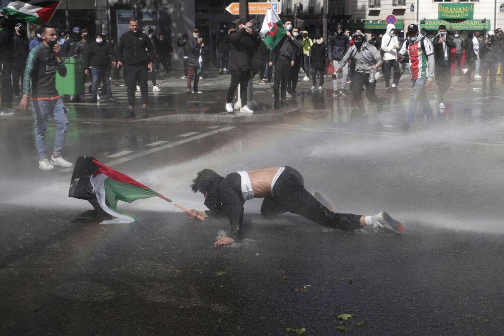 Fransa'nın başkenti Paris'te yüzlerce gösterici, İsrail'in Gazze ve Mescid-i Aksa'ya yönelik saldırıları karşısında Filistin'e destek için Barbes Meydanı'nda toplandı. Yoğun güvenlik önlemleri alan polis, Filistin bayrakları ve sloganlarla yürüyüşe geçen protestoculardan eyleme son vermelerini istedi. Çok sayıda göstericiye para cezası kesen polis, eylemcilere biber gazı ve tazyikli suyla müdahale etti.