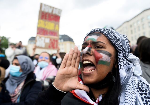 Belçika'nın başkenti Brüksel'de yapılan Filistinlilere destek gösterisine katılanlar