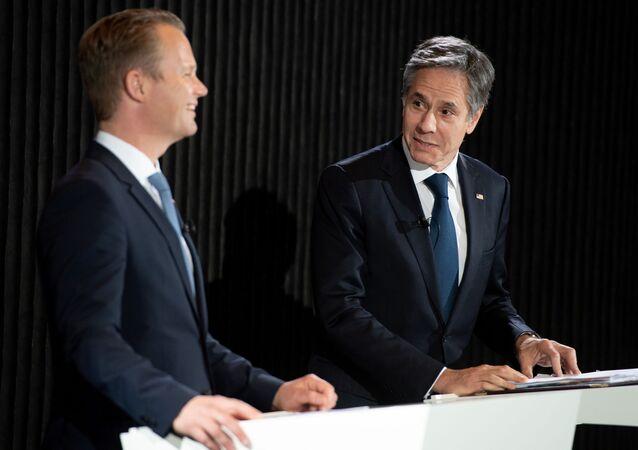Danimarka Dışişleri Bakanı  Jeppe Kofod ile ABD Dışişleri Bakanı Antony Blinken (sağda), Kopenhag'da ortak basın toplantısı düzenlerken