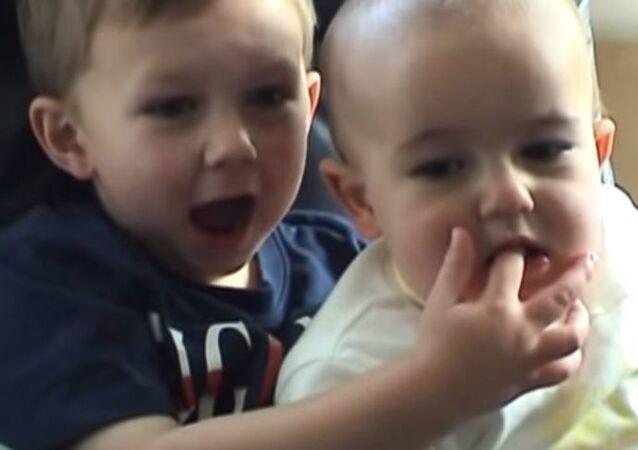 'Charlie bit my finger' (Charlie parmağımı ısırdı) videosu NFT ile şatışa çıkarılıyor