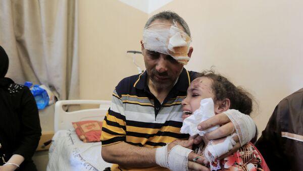İsrail saldırısında annesini ve 4 kardeşini kaybeden Suzi, babasına kavuştu - Sputnik Türkiye