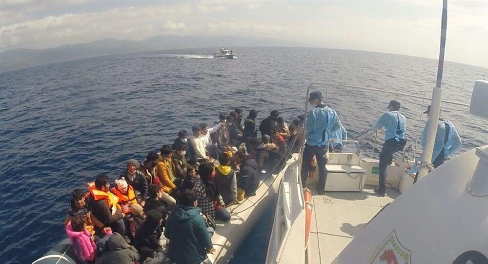 Çanakkale'nin Ayvacık ilçesi açıklarında, Sahil Güvenlik ekipleri tarafından düzenlenen 2 operasyonda 80 kaçak göçmen kurtarıldı.
