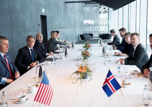 Reykjavik'i ziyaret eden ABD Dışişleri Bakanı Antony Blinken (sol tarafta) İzlandalı mevkidaşı Gudlaugur Thor Thordarson ile görüşmede