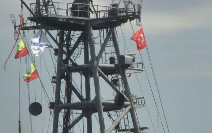 Rus Donanması'na ait 031 borda numaralı Aleksandr Otrakovskiy isimli savaş gemisi İstanbul Boğazı'ndan geçti. Sahil güvenlik unsurlarının eşlik ettiği savaş gemisinin diğer geçişlerinin aksine bu sefer Türk bayrağı dalgalandırdığı görüldü.