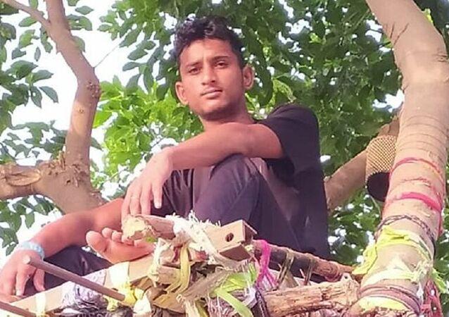 Hindistan'da koronavirüs testi pozitif çıkan genç, ağaç dalında kendine 'izolasyon yatağı' yaptı
