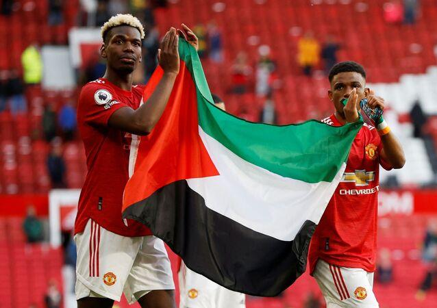 İngiltere Premier Lig ekibi Manchester United oyuncuları Paul Pogba ve Amad Diallo, Fulham maçının ardından Filistin bayrağı açtı.
