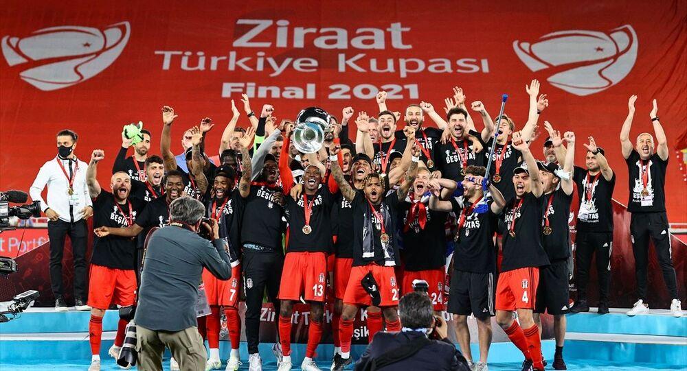 Ziraat Türkiye Kupası final maçında Fraport TAV Antalyaspor'u mağlup eden Beşiktaş, Ziraat Türkiye Kupası'nın sahibi oldu. Beşiktaşlı futbolcular, kupa töreninde büyük sevinç yaşadı.