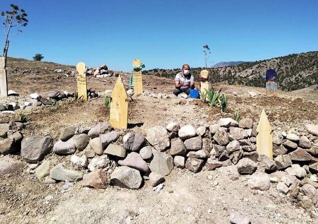 Amasya'da Kovid-19 nedeniyle hayatını kaybeden anne, baba ve 2 kardeşin mezarları