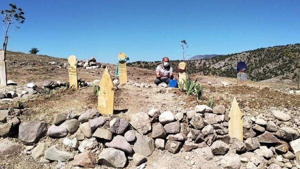 Amasya'da Kovid-19 nedeniyle hayatını kaybeden anne, baba ve 2 kardeşin mezarları - Sputnik Türkiye