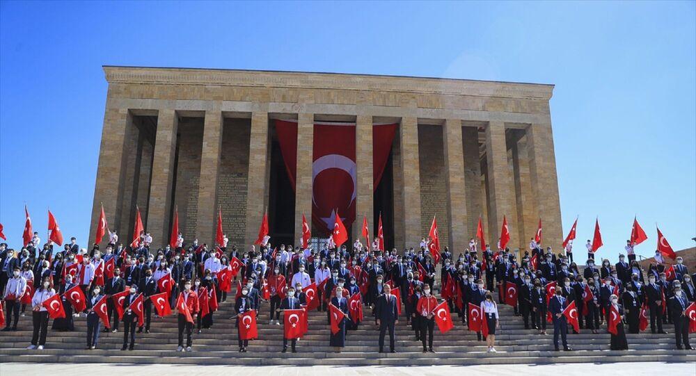 Gençlik ve Spor Bakanı Mehmet Muharrem Kasapoğlu, 19 Mayıs Atatürk'ü Anma, Gençlik ve Spor Bayramı dolayısıyla Anıtkabir'i ziyaret etti.