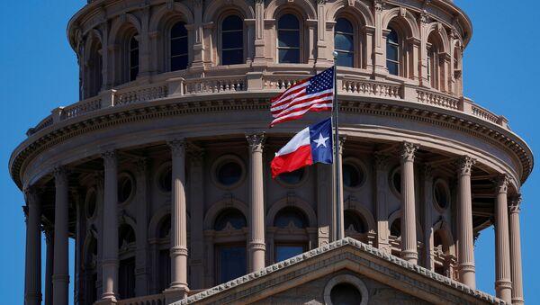 Teksas'ın başkenti Austin'deki Eyalet Kongresi binası önünde dalgalanan ABD ve Teksas bayrakları - Sputnik Türkiye