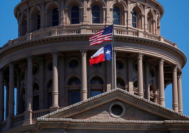 Teksas'ın başkenti Austin'deki Eyalet Kongresi binası önünde dalgalanan ABD ve Teksas bayrakları