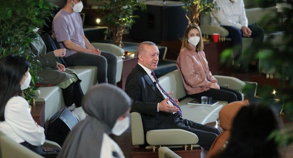 Cumhurbaşkanı Recep Tayyip Erdoğan, Cumhurbaşkanlığı Millet Kütüphanesi'nde gençler ile söyleşi yaptı.