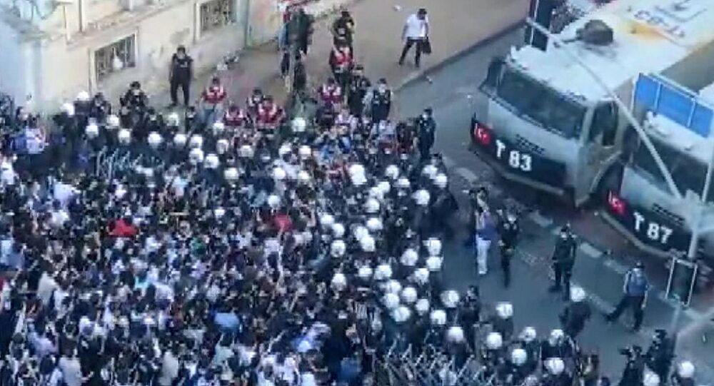 Stada yürümek isteyen Beşiktaş taraftarına polis müdahalesi