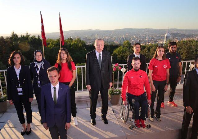 Cumhurbaşkanı Recep Tayyip Erdoğan, 19 Mayıs Atatürk'ü Anma, Gençlik ve Spor Bayramı dolayısıyla tüm yurtta aynı anda okunan İstiklal Marşı'na eşlik etti. Erdoğan'a, İstiklal Marşı'nın dizelerini seslendirirken gençler de eşlik etti.