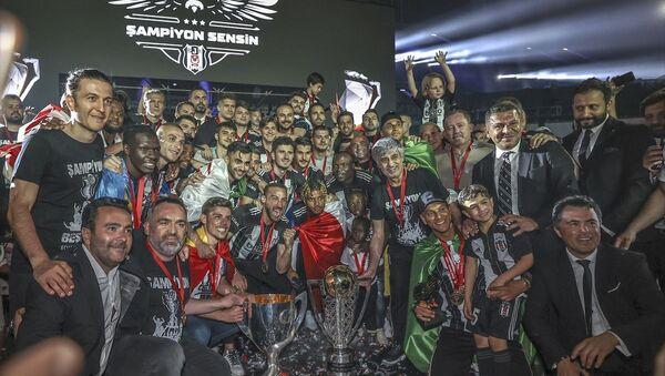 Süper Lig'in 2020-2021 sezonunda mutlu sona ulaşan Beşiktaş, şampiyonluk kupasını aldı. - Sputnik Türkiye