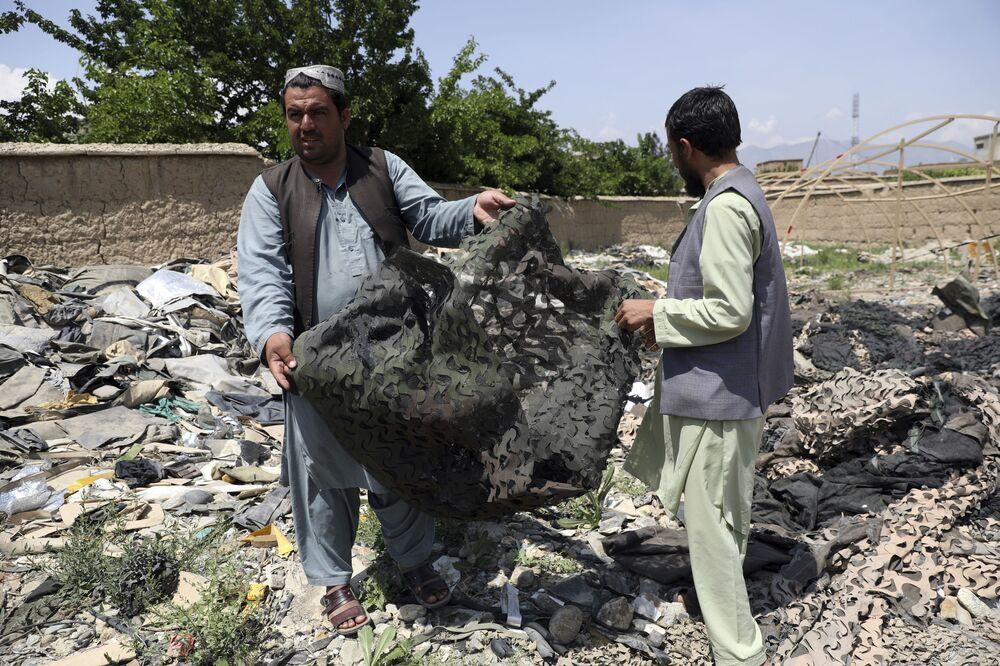 Tamir edilemeyecek durumdaki ekipmanlar, ABD ordusu tarafından parçalanarak militanların eline geçmemesi için güvenlik önlemi alınıyor.