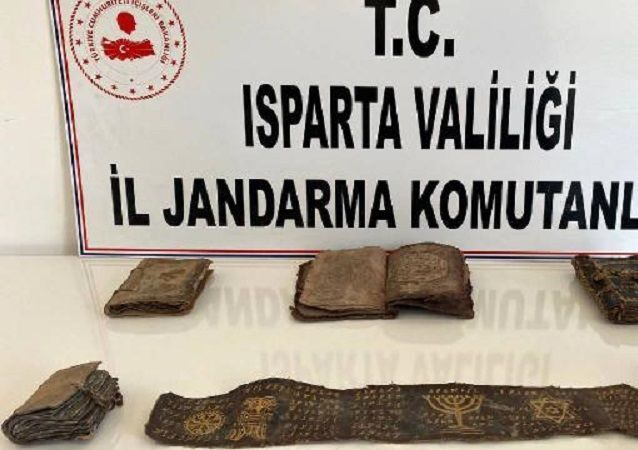Isparta-ceylan derisi üzerine İbranice yazılmış 5 Tevrat ve 1 parşömen