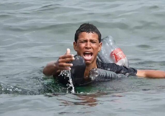 Plastik şişelerle yüzerek Fas'tan İspanya kıyılarına ulaşan mülteci çocuk yakalandı