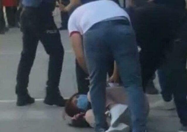 Tunceli'de sivil kıyafetli iki jandarma personelinin, bir teröristin eşgaline benzediği iddiasıyla bir kadının başına silahlarını dayayıp darp ettikleri iddia edildi.