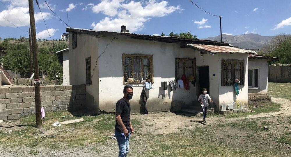 Erzincan'da psikolojik sorunlar yaşadığı öne sürülen Afganistan uyruklu 7 aylık hamile ve 4 çocuk annesi kadın, karnındaki çocuğu düşürmek için evinin çatısından aşağı atladı.