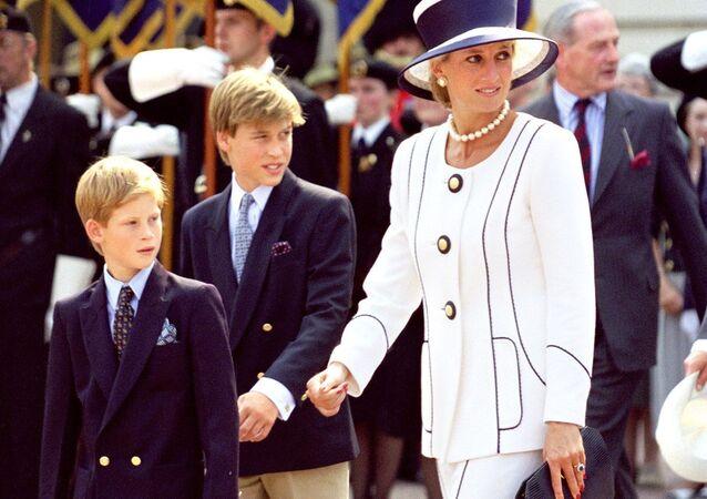 İngiltere'de Prens William ve kardeşi Prens Harry, anneleri Prenses Diana ile