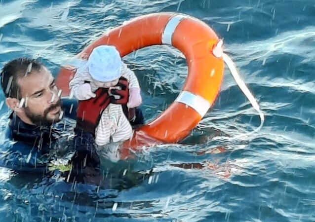 İspanya'nınKuzey Afrika'daki toprağı Ceuta'daki göçmen krizinde Akdeniz'de birkaç aylık bebeği sudan çıkaran İspanya jandarması dalgıcı Juan Francisco Valle