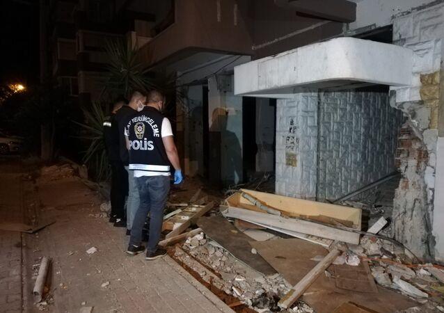 İzmir'de 30 Ekim 2020'de meydana gelen 6.6'lık depremin ardından, Karşıyaka ilçesinde bulunan ve kentsel dönüşüm kapsamında boşaltılan 8 katlı binadan kablo çalmak isterken elektrik akıma kapılan kişi kaldırıldığı hastanede yaşamını yitirdi.