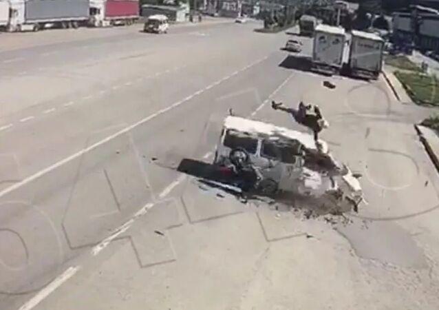 Amasya'daki kazada motosikletten fırlayan sürücü minibüsün üstüne düştü