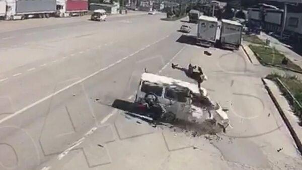 Amasya'daki kazada motosikletten fırlayan sürücü minibüsün üstüne düştü - Sputnik Türkiye