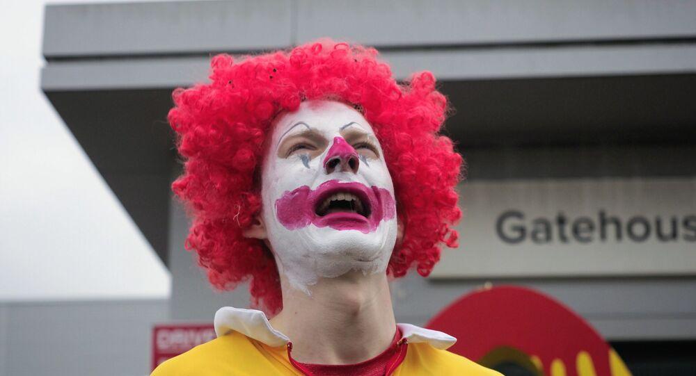 İngiltere'de hayvan hakları savunucuları, ülkedeki 1300 McDonald's restoranına ürün dağıtımını engelledi