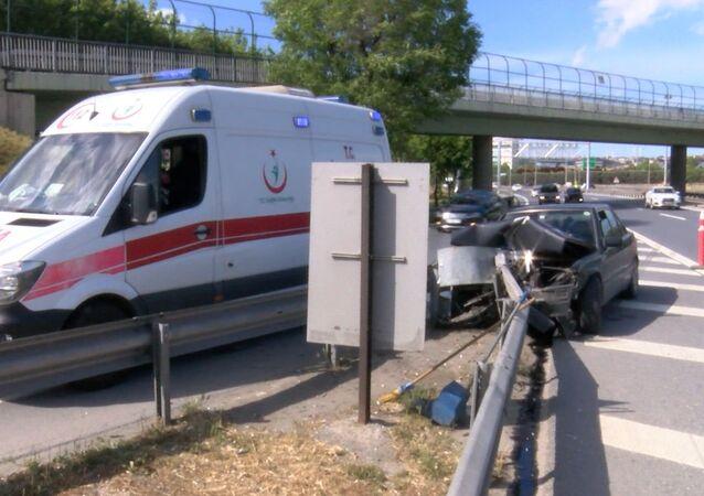 Basın Ekspres'te kaza: Bariyer otomobile ok gibi saplandı