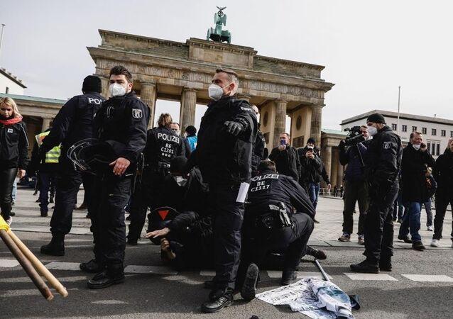 Almanya'da Kovid-19 tedbirlerini protesto gösterisinde çok sayıda gözaltı
