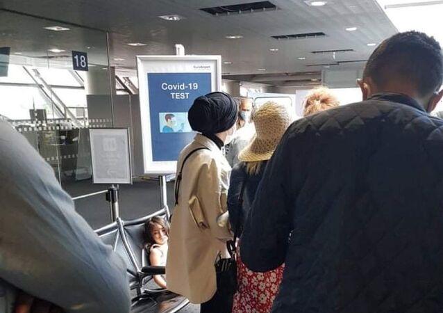 Fransa, Anadolu Jet'in İsviçre'nin Basel kentine inen uçağının yolcularının Türkiye'de yaptırdığı PCR testlerini kabul etmedi. Yaşanan test krizi nedeniyle aralarında Türk vatandaşlarının da bulunduğu 100'den fazla yolcu saatlerce Basel Euroairport Havaalanı'nda bekletildi.