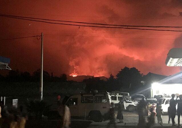 Demokratik Kongo Cumhuriyeti'nde bulunan ve Afrika'nın en aktif volkanlarından biri olan Nyiragongo yanardağında patlama meydana gelirken, patlama nedeniyle risk altındaki 1.5 milyon nüfuslu Goma şehrinde tahliye çalışmaları devam ediyor.